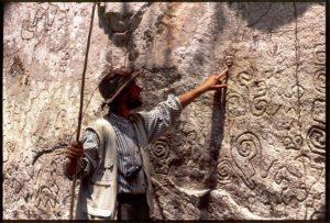 thierry Jamin face aux pétroglyphes de Pusharo